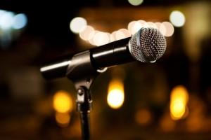 fondo con microfono y concierto